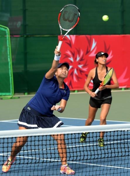 詹詠然(左)與謝淑薇第三點雙打搶勝,幫助台灣隊拿下女網團體戰金牌。(記者林正堃攝)