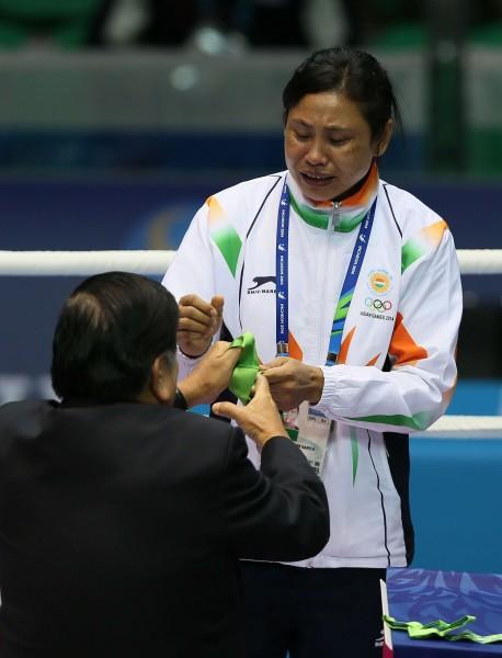 德薇在頒獎台上拒絕受獎,只用手領過獎牌。(法新社)