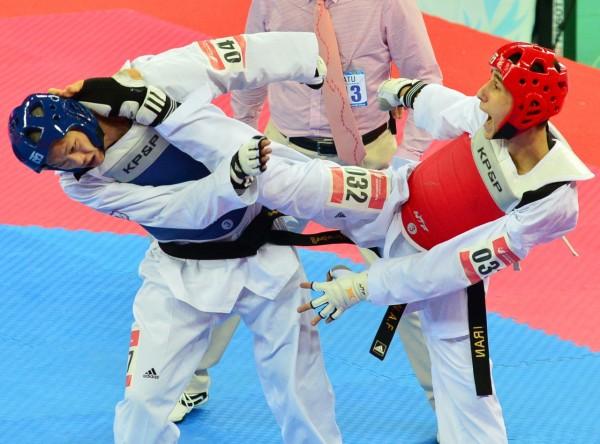 仁川亞運男子跆拳道項目,台灣選手魏辰洋(藍帽)四強遭伊朗擊敗,無緣晉級。(記者王藝菘攝)
