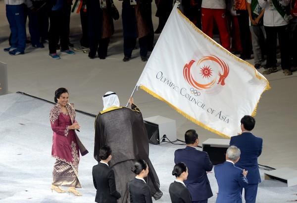 印尼代表從亞運會主席手中接下亞運會旗。(記者林正堃攝)