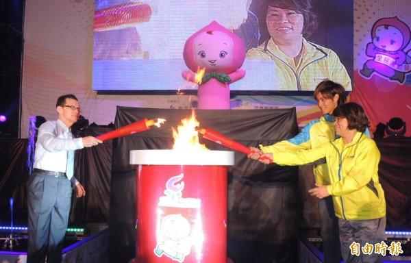 103年全民運動會今晚在嘉義市政府大樓廣場前由嘉義市長黃敏惠(右一)、全民運代言人曹佑寧(右二)與教育部參事周瑞共同引燃。(記者余雪蘭攝)