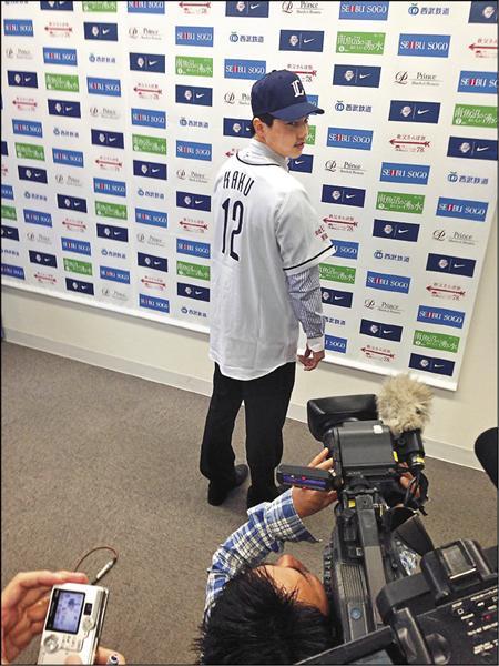 郭俊麟穿上和郭泰源一樣的西武「KAKU」12號球衣,傳承意味濃厚。(展逸公司提供)