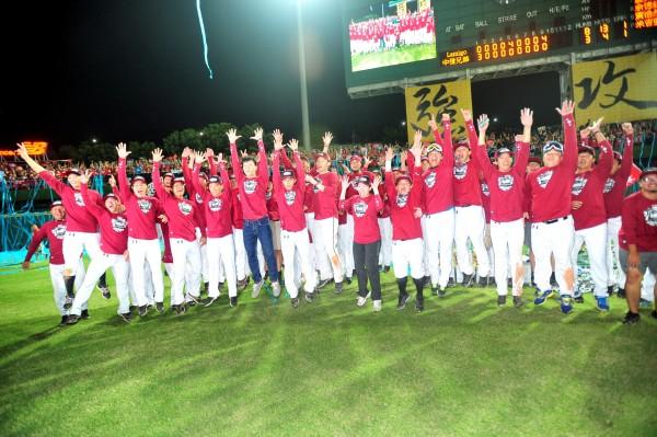 桃猿隊拿下台灣職棒大賽總冠軍,開心與外野球迷合影留念,隨後並公布第一波慶祝封王的優惠方案。(記者廖耀東攝)