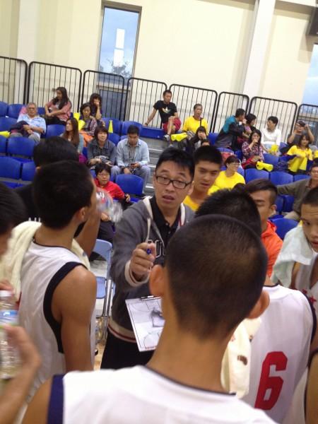 和平高中教練楊宜峰(中)表示連兩天的第二戰都遇到一日一戰的對手,球員身心都相當疲勞。(記者張正邦攝)