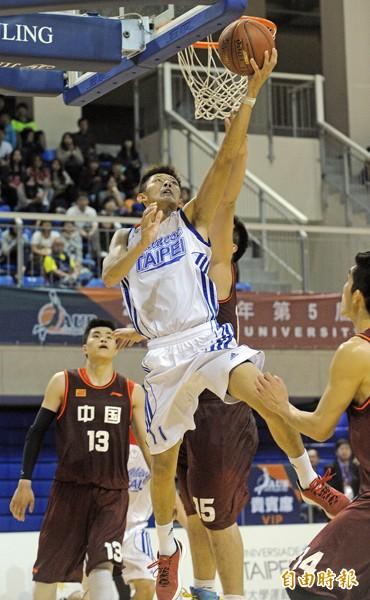 台灣隊蕭順議(中)在冠軍戰中突破中國隊的防守,上籃得分。(記者陳志曲攝)