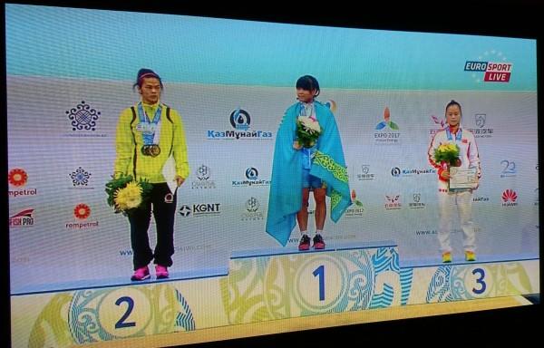 許淑淨(左)今晚在哈薩克舉重世錦賽奪下1金2銀。(圖擷取自網路)