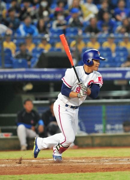 台灣隊第四棒王柏融7局下敲出三壘安打,讓全場球迷超激動。(記者廖耀東攝)