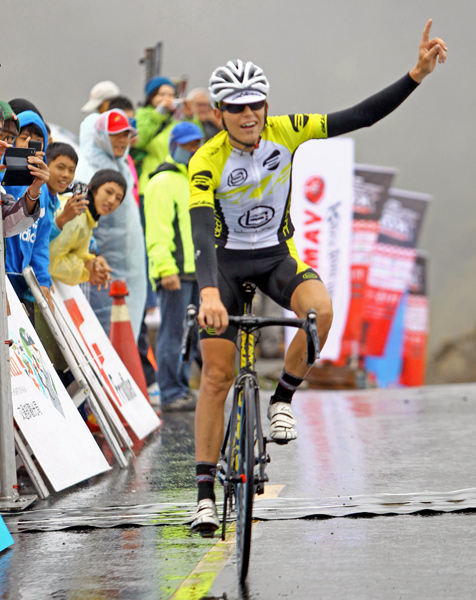 丹麥車手艾柏森率先衝回終點,拿下2014登山王冠軍與百萬獎金。(騎士協會提供)