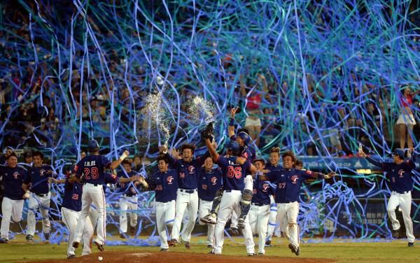台灣隊拿下冠軍,球迷拋下彩帶慶祝。(記者林正堃攝)