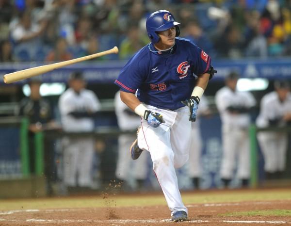 「台灣隊長」楊岱均奪下最佳一壘手獎。(記者林正堃攝)