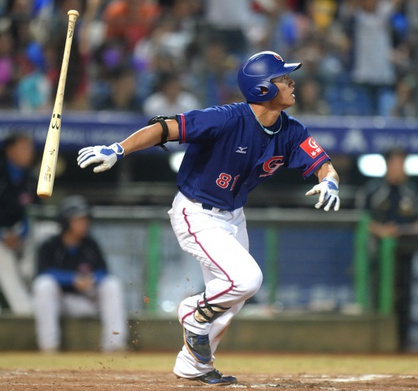 蘇智傑在7局上擊出深遠2壘安打,幫助台灣隊再添得2分。(記者林正堃攝)