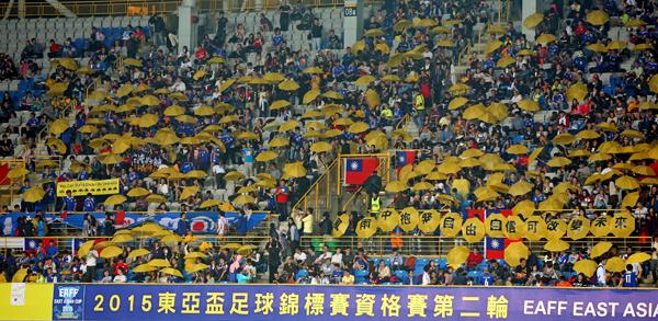知名球評石明謹在網路號召500寶島健兒,於現場發起「五百黃傘撐香港」運動。(圖:足協提供)