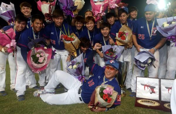 台灣隊昨天(16日)將首屆21U世界棒球錦標賽冠軍金盃留在主場,總教練郭李建夫功不可沒,未來他將繼續執掌世大運、亞錦賽國家隊兵符。(資料照,記者林正堃攝)