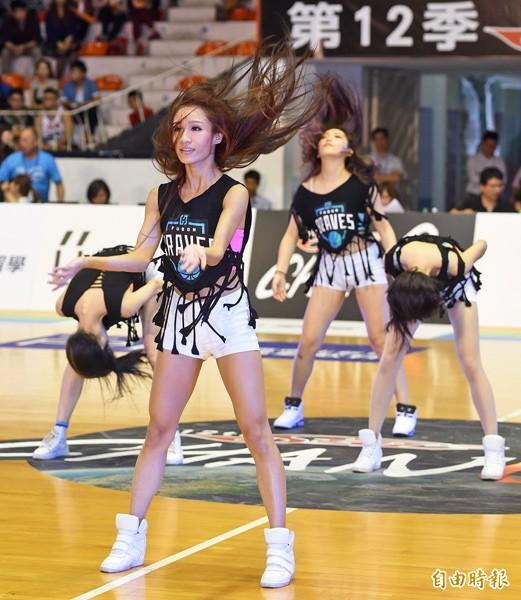 SBL開幕戰,富邦勇士啦啦隊中場休息時間場上熱舞。(記者廖振輝攝)