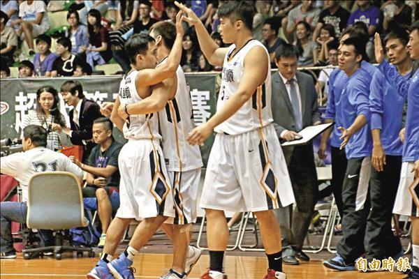 金酒林韋翰(左)正規賽拋投追平比數後,接受隊友擁抱慶賀。(記者林宗偉攝)