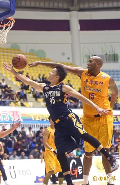 金酒陳靖寰(左)切入籃下,遭台銀洋將泰勒(右)封阻。(記者廖耀東攝)