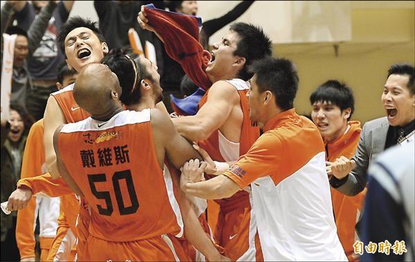璞園簡浩抄截後上籃絕殺台啤,隊友抱著他慶祝勝利。(記者林正堃攝)