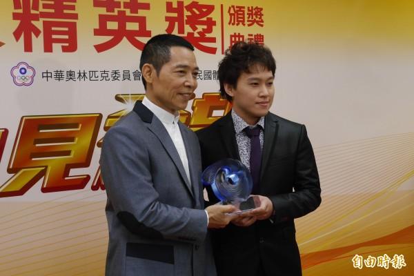 舉重教練蔡溫義(左)與選手林子琦包辦最佳教練與最佳女運動員獎。(記者卓佳萍攝)