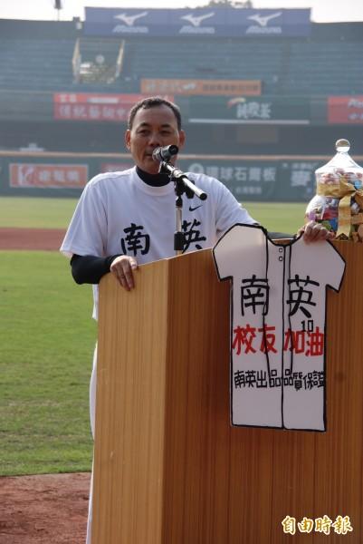 南英總教練陳獻榮雖罹患口腔癌,仍抱病出席,令人感動。 (記者黃文鍠攝)