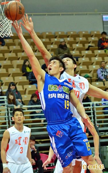 裕隆姜仕峰(中)帶球上籃,璞園球員防阻不及。(記者王藝菘攝)