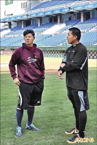 前義大犀牛投手林其緯曾(左)赴猿隊測試,猿隊投手教練吳俊良給予肯定。(資料照,記者徐正揚攝)