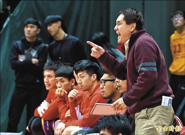 台銀「家務事」搬上檯面,總教練洪濬正(右)表示,球員對於「休息」的認知不同,他會再跟球員溝通。(記者王敏為攝)
