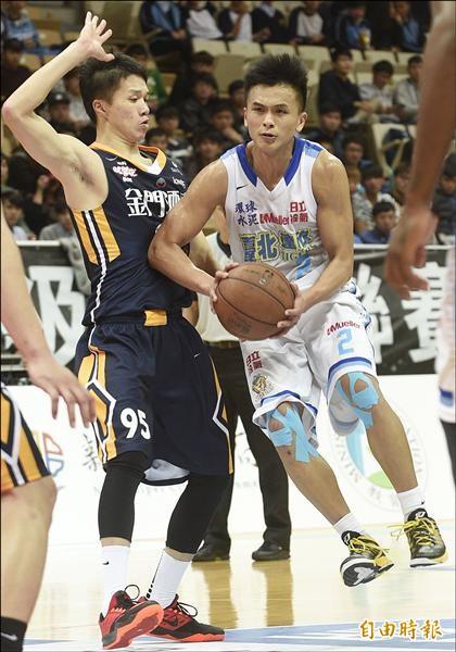 達欣李秉鴻(右)遭嚴防試圖跳起傳球,他先發上陣貢獻13分,表現可圈可點。(記者陳志曲攝)