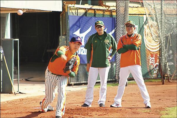 林其緯(左)測試期間,獅隊首席兼投手教練郭泰源(右)與牛棚教練鄭博壬在旁觀看。(統一獅提供)
