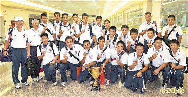 王維中(後排左六)和郭俊麟(前排右四)曾於2010年IBAF世青賽為台灣奪冠。(資料照,記者姚介修攝)