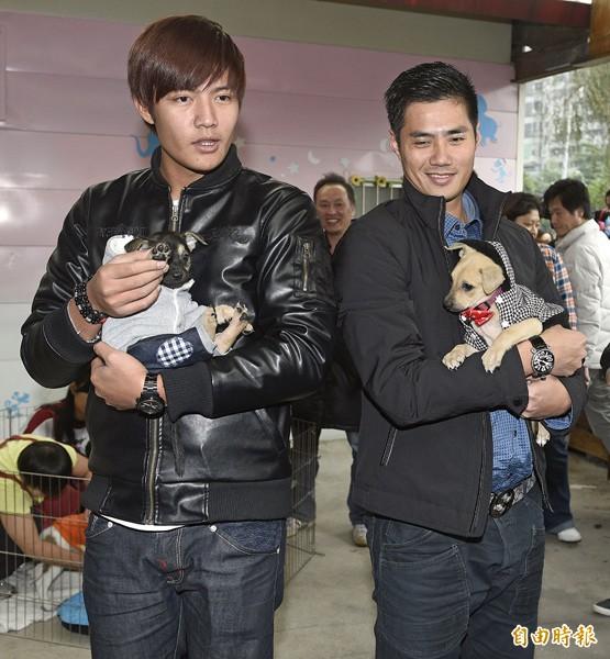 陳偉殷(右)與王維中抱起狗狗絲毫不生澀。(記者陳志曲攝)