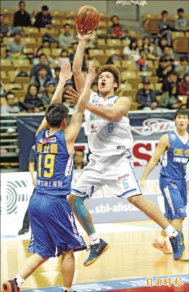 達欣周儀翔(中)回到球場,重拾最愛的籃球。(記者林正堃攝)