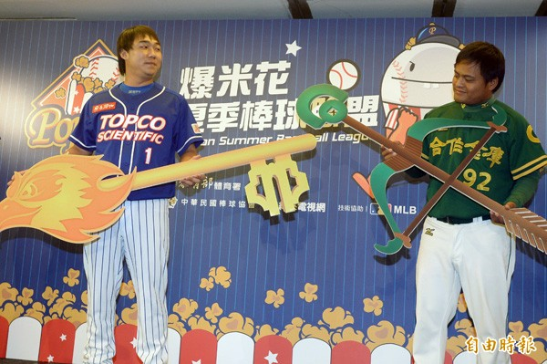 崇越隼鷹鄭文豪(左)是爆米花聯盟開幕戰的先發投手。(資料照,記者王藝菘攝)