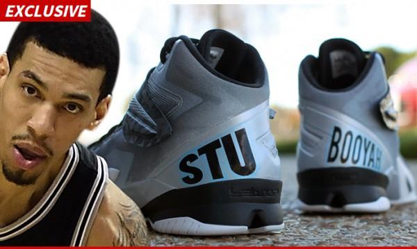 格林將在下場比賽穿著印有紀念史考特的球鞋出賽來致意。(圖擷取自TMZ網站)
