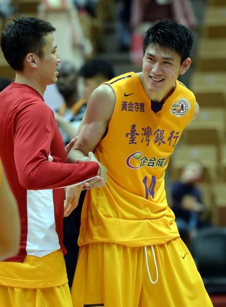 台銀林郅為表現出色,賽後隊友向他道賀。(記者林正堃攝)