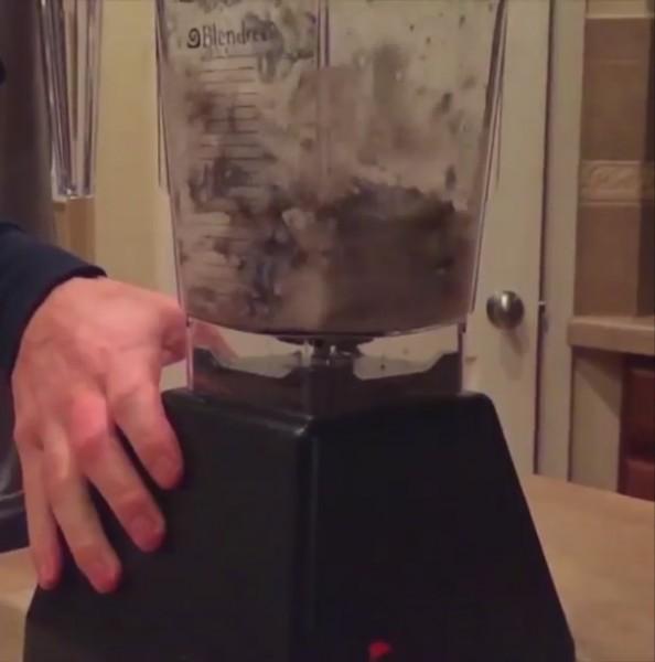,撒切爾在推特和Instagram分享上自己履行承諾的影片,他將一隻童鞋和水果放入果汁機裡攪成汁,就這麼咕嚕喝下肚。(圖擷取自Instagram@JT_90)