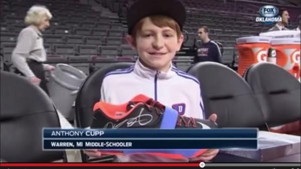 卡普因禍得福,得到杜蘭特親筆簽名球鞋。(圖取自YouTube)