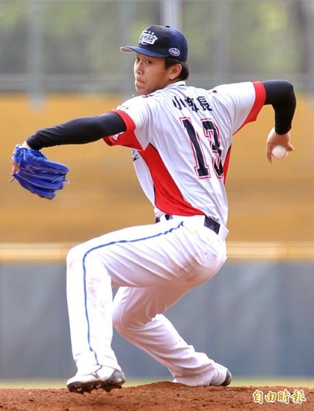 桃猿隊先發投手洪聖欽,穿著「小鄉長」綽號球衣登板。(記者黃志源攝)