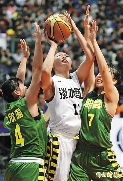 淡商游乙文(中)在陽明劉威成(右)與楊欣瑜包夾下得分,昨她貢獻22分、10籃板,帶領球隊闖進冠軍賽。(記者林正堃攝)