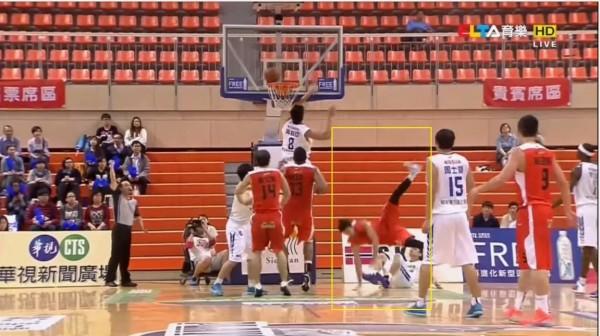 璞園簡浩在昨天比賽上籃時,因為裕隆陳志忠的犯規「坐飛機」(黃框處),當場倒地不起。(圖擷取自影片)
