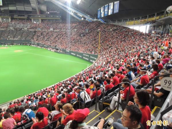 日本有女球迷2010年於札幌巨蛋內野席看球時,被界外飛球砸中,右眼失明,日本法院判決球團必須賠償該名女子4190萬日圓。(資料照,記者郭羿婕攝)