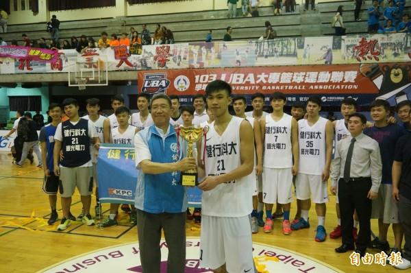 健行科大由隊長黃泓瀚(右)代表領取冠軍盃。(記者張正邦攝)