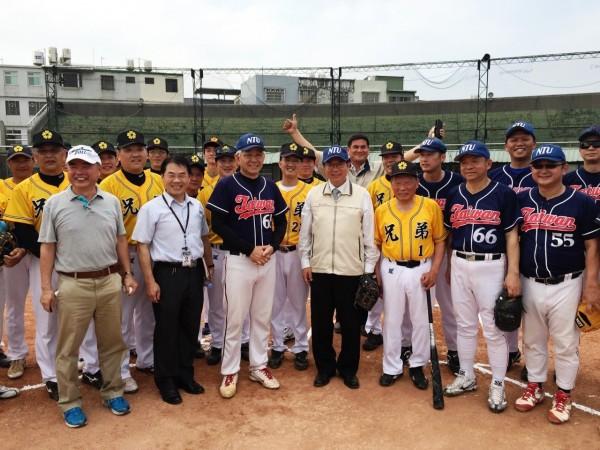 桃園市長鄭文燦(中)參加兄弟棒球隊與台大校友隊友誼賽,承諾市府全力協助打造兄弟棒球場成為「棒球夢想園區」。(圖由桃園市政府提供)