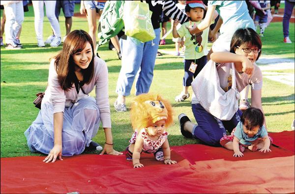 統一獅先發投手王鏡銘的女兒(左二)參加寶寶爬行比賽。( 圖:統一獅提供)