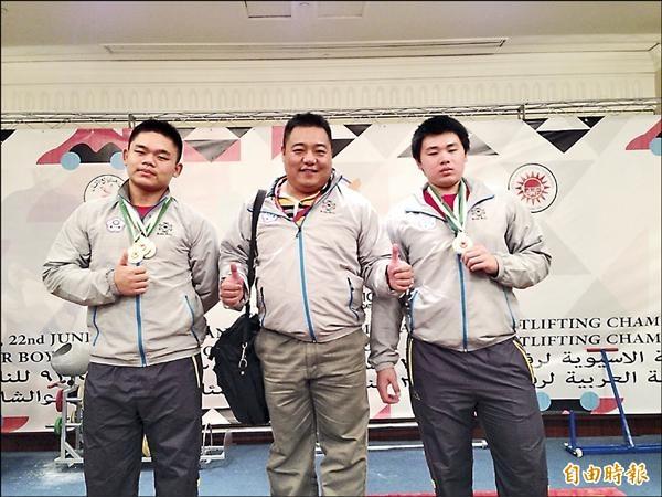 羅鎬至(左)在世界青少年舉重賽勇奪亞軍。圖為羅鎬至年初參加2015年亞洲青少年舉重錦標賽,拿下三面金牌。(資料照,記者黃明堂翻攝)