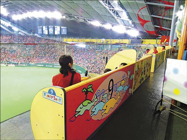 札幌巨蛋中外野上方有「Kid's Park」,專屬孩童的遊戲空間,且遊戲室前方就是家庭席,長沙發加上小桌子,家長轉個頭即可看到孩子玩樂的模樣。(記者郭羿婕攝)