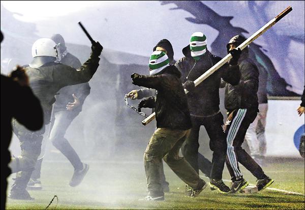 今年2月希臘超聯足球賽事球迷闖入場內造成暴動,為維護球員人身安全,政府採取不開放球迷進場觀賽的命令。(資料照,美聯社)