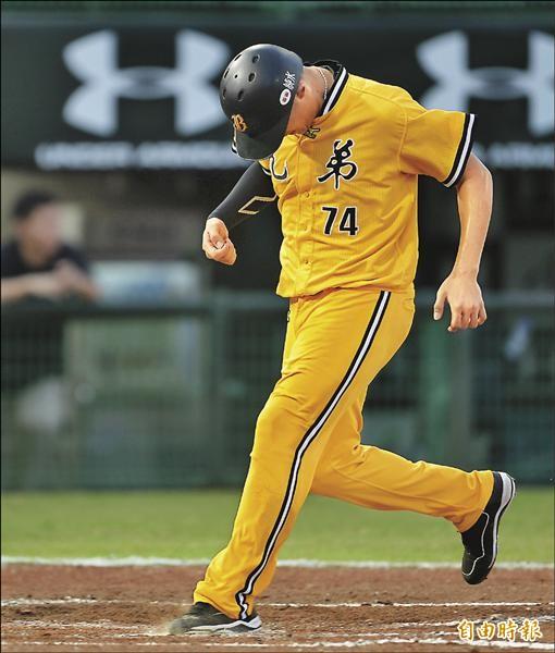 兄弟許基宏昨天回本壘得分時,狠狠的往本壘板踩。(記者林正堃攝)