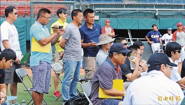 中華職棒新人測試會上,各隊教練緊盯球員表現。(記者劉信德攝)