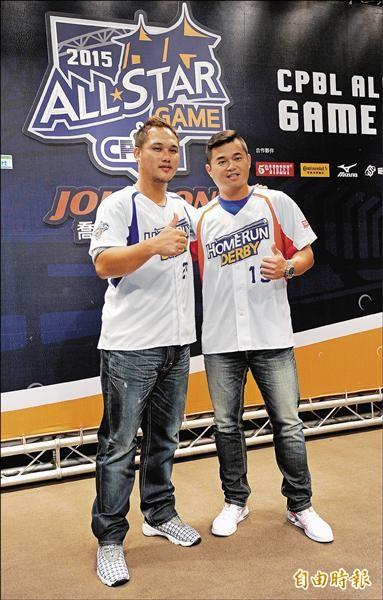 桃猿重砲陳俊秀(左)、犀牛主將胡金龍率先穿上客製化牛仔褲,準備參加全壘打大賽。(記者劉信德攝)