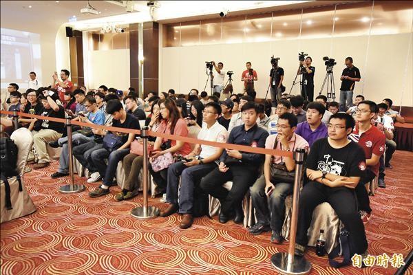 選秀開放150名球迷進場觀禮,中籤率比選秀上榜還低,現場的採訪媒體也是大陣仗。(記者石毓琪攝)